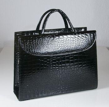 d2a39ed262 Dámská černá kabelka z lesklé ekokůže
